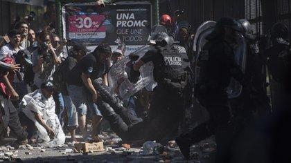 Mariano Stansiola levanta las piernas del policía herido (Adrián Escandar)