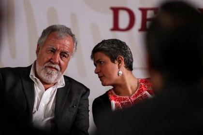 El subsecretario de Gobernación, Alejandro Encinas, y la comisionada Nacional de Búsqueda, Karla Quintana dieron a conocer que de 2006 a 2019 fueron localizadas 3,024 fosas clandestinas y 4,974 cadáveres (Foto: GALO CAÑAS /CUARTOSCURO.COM)