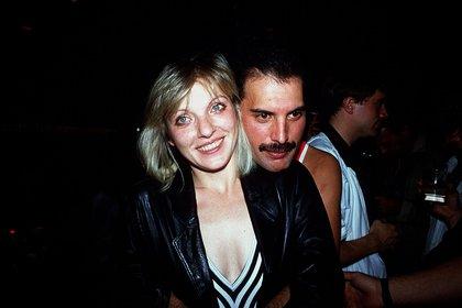Freddie Mercury en su cumpleaños número 38, luego de su concierto en el estadio Wembley Arena, junto a Mary Austin (Grosby)