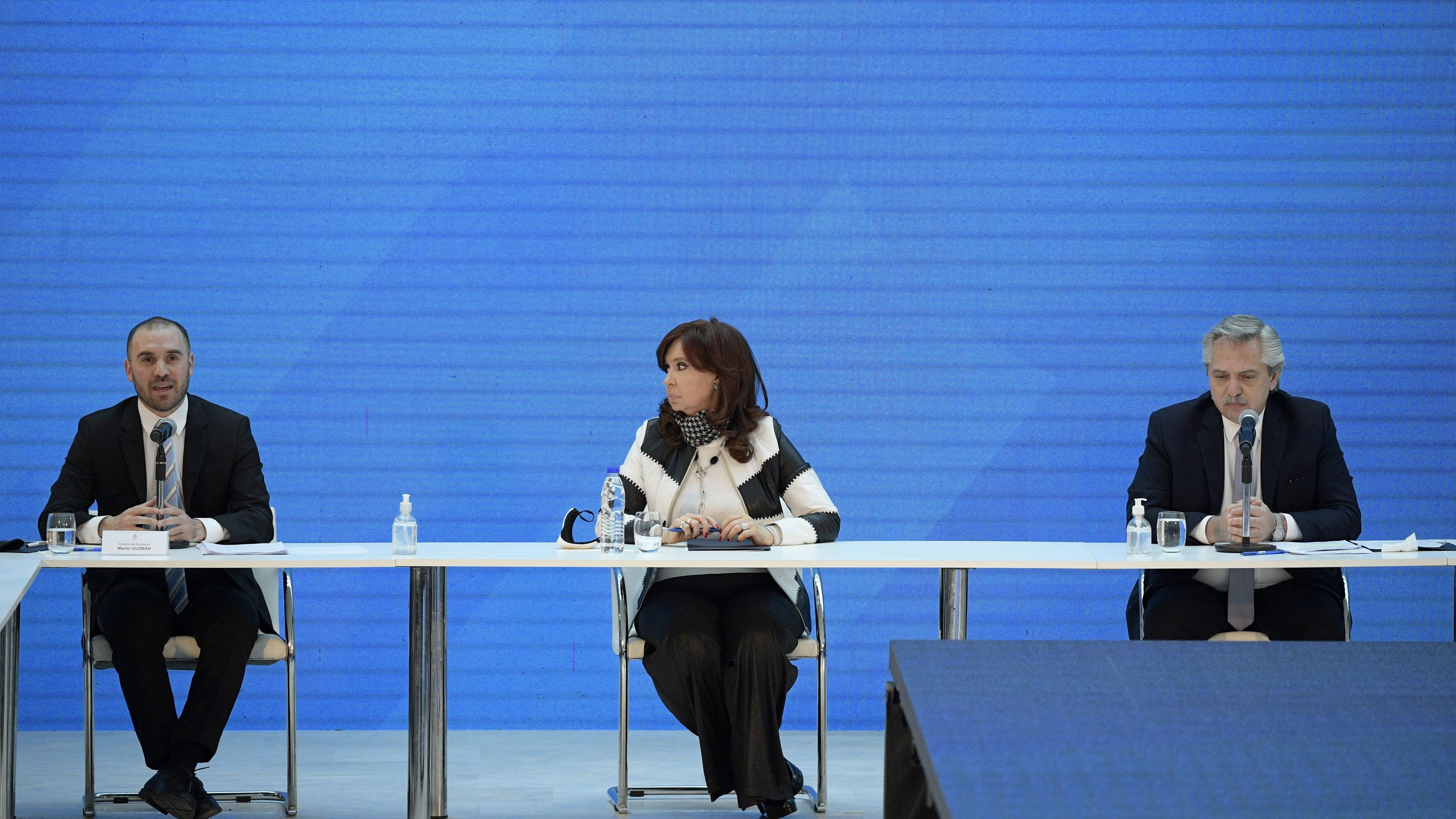Alberto Fernandez, Cristina Fernandez de Kirchner y Martín Guzmán durante una reunión en la Casa Rosada