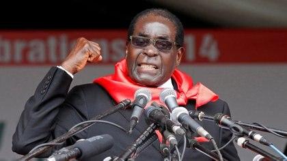 Mugabehabla a sus seguidores durante las celebraciones de su 90º cumpleaños en Marondera, a unos 80 km al este de la capital, el 23 de febrero de 2014 (REUTERS/Filimon Bulawayo)