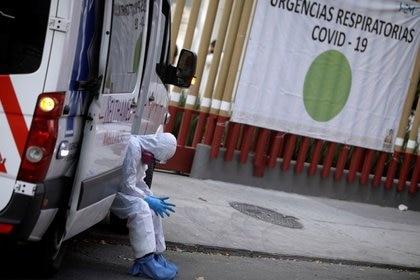 Un paramédico espera en las afueras de un hospital por una cama disponible para un paciente con síntomas de COVID-19, en Ciudad de México (Foto: REUTERS/Luis Cortes)