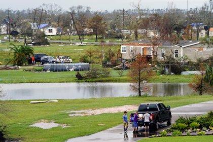 Gente reuniendo sus pertenencias y evaluando daños tras el paso del Huracán Laura en el área de Cameron Parish, Luisiana.  REUTERS/Elijah Nouvelage