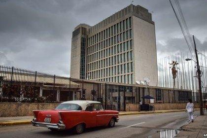 La embajada de Estados Unidos en La Habana. Allí se registraron los primeros casos de la enfermedad que ataca a los diplomáticos. (Foto: Martí Noticias)