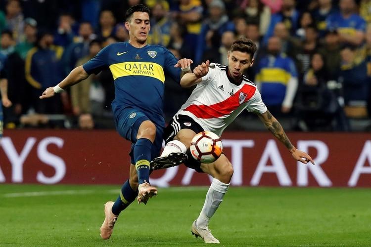 Pavón y Montiel pelean por la pelota (EFE)