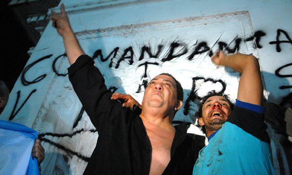 Junto a otro militante en la Plaza de Mayo durante una movilización en apoyo a Cristina Kirchner (Foto de archivo)
