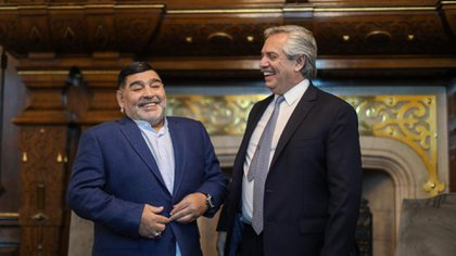 Alberto Fernández y Diego Maradona en la Casa Rosada. (Presidencia)
