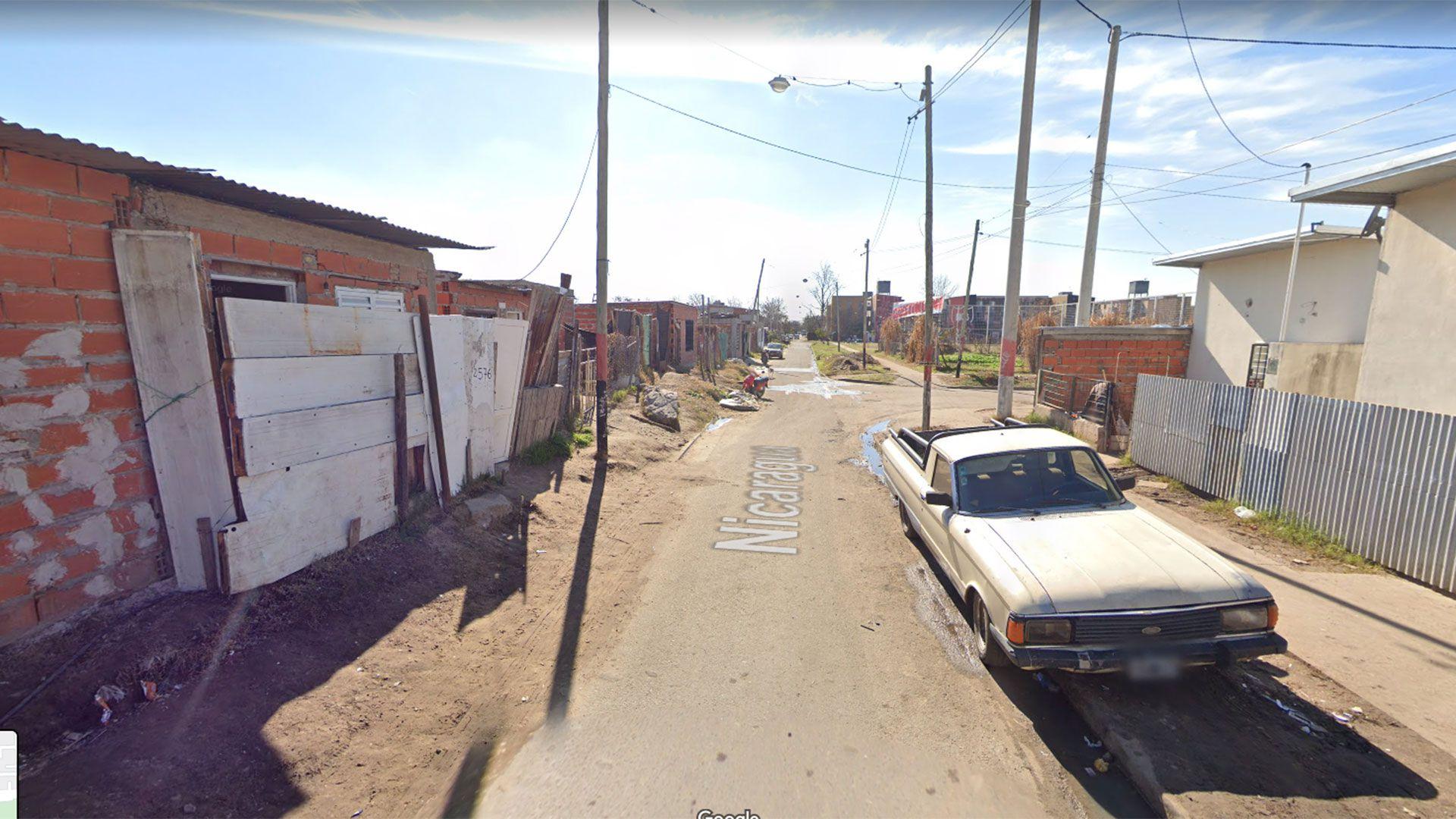 El hombre de 25 años guardaba al menos diez envoltorios dentro de su barbijo (Google Street View)