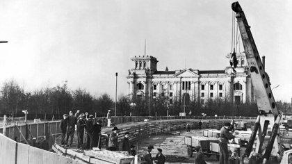La construcción del muro entre Berlín Este y Berlín Oeste por los alemanes comunistas frente a la Puerta de Brandeburgo, el 30 de noviembre de 1961 (Foto de Underwood Archives/Shutterstock (4436602a))