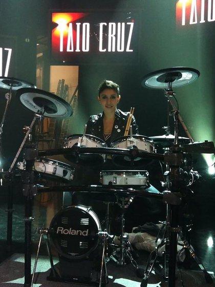 Tocando la batería, como sesionista, LAU Fares recorrió el mundo y compartió escenarios con distintos artistas, como Taio Cruz.