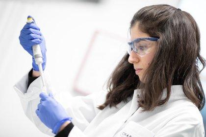Trabajadores del hospital Charite preparan una prueba para el nuevo coronavirus en Berlín (Foto: Reuters/Axel Schmidt)