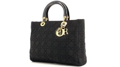La cartera Lady Dior, en tributo a Lady Di. Se vende en varios colores y en diferentes géneros, charol y cuero y también en ediciones limitadas