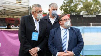 José Luis Gioja (izquierda) dejó la presidencia del PJ, tras 5 años al frente del partido que pasó de la oposición al oficialismo, junto a Alberto Salvo y Máximo Rodríguez, a la derecha.