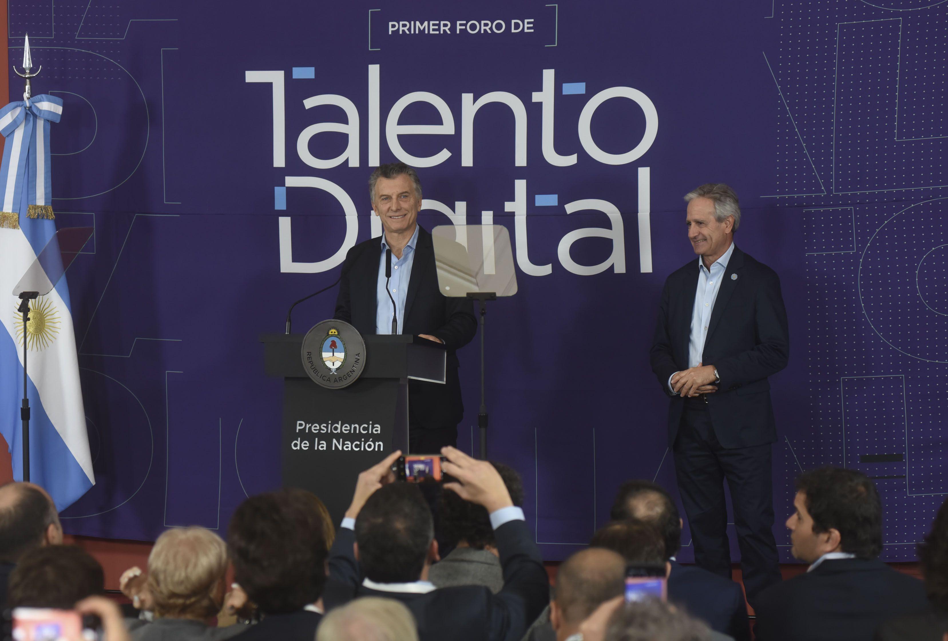 Mauricio Macri y Andrés Ibarra presentaron las 10 mil becas digitales.