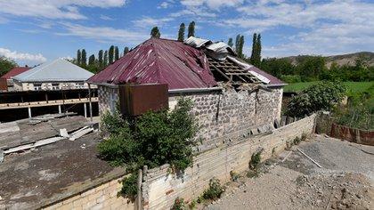 Una casa dañada por la artillería armenia en la región de Tovuz en Azerbaijan (AP Photo/Ramil Zeynalov)