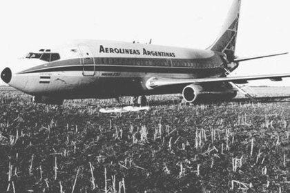 El Boing 737 de Aerolíneas en que huyeron los terroristas para aterrizar en un campo de Rafaela y de allí tomar un Cessna para seguir su ruta hacia Corrientes