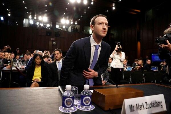 Zuckerberg, CEO y presidente del directorio de Facebook, tuvo que testificar ante el Senado de EEUU y el Parlamento Europeo por las filtraciones de datos de los usuarios (Reuters)