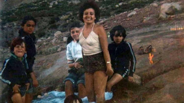 """La famosa foto que la familia Nobiltá sacó en 1979 en Puente del Inca, Mendoza. La imagen la tomó el prestigioso médico y profesor universitario Juan Nobiltá. Su esposa Inés fue quien descubrió una curiosa mancha anaranjada-rojiza ubicada a la par del grupo familiar. La cabeza del """"humanoide"""" tenía forma de cono y parecía levantar el brazo izquierdo en gesto de saludo"""