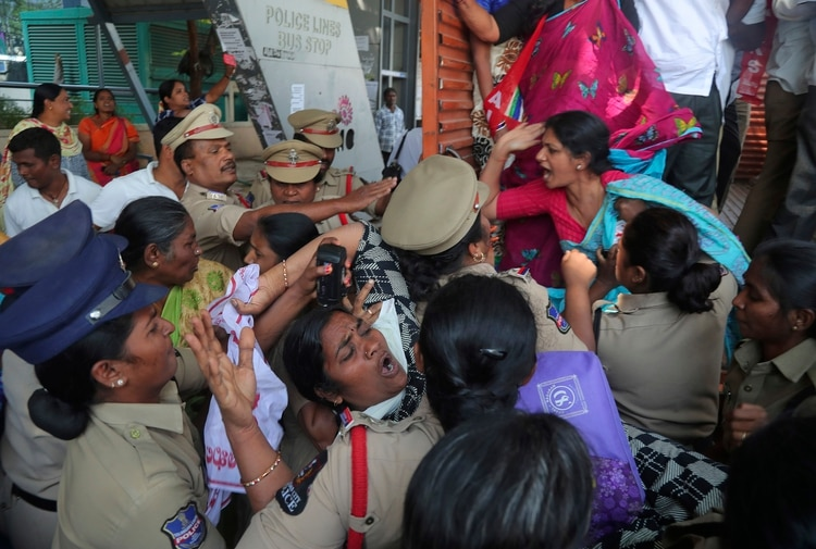 Policías indios detienen a miembros del Centro de Sindicatos Comerciales Indios, que protestan contra la visita del presidente de Estados Unidos, Donald Trump, en Hyderabad, India, el lunes 24 de febrero de 2020. (AP Foto/Mahesh Kumar A.)