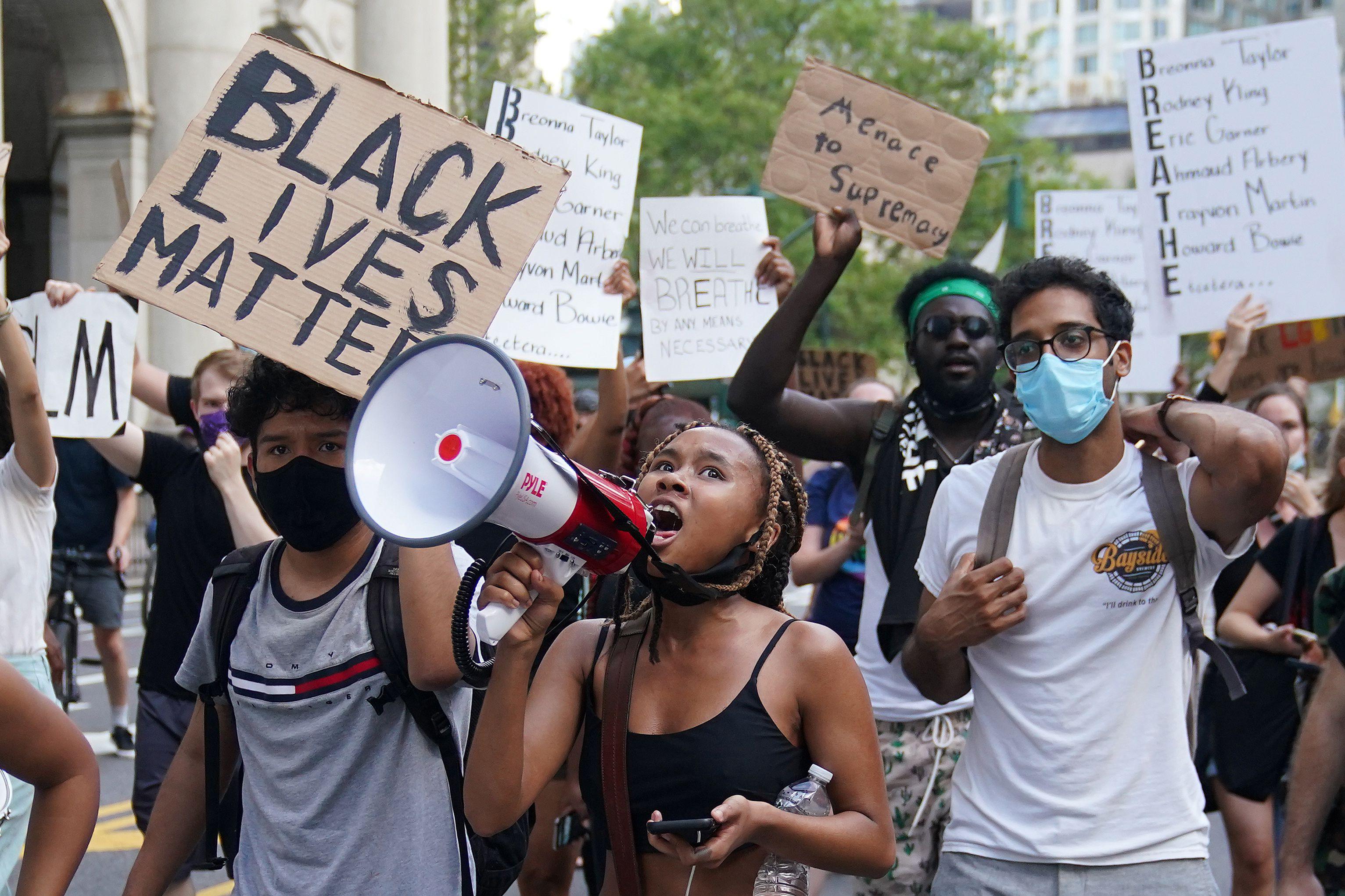 """""""Simplemente, no alcanza con quitar las estatuas. La gente negra de este país sufre problemas que son de naturaleza sistémica"""", dijo el concejal Keith Young, quien propuso la resolución de Asheville. (REUTERS/Carlo Allegri)"""