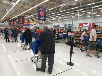 Linea de cajas en un supermercado. El acuerdo horario busca evitar la confusión del público y que los empleados deban circular en horarios muy inconvenientes en un período de cuarentena