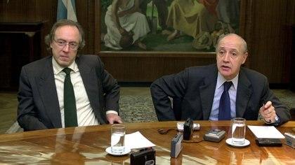 El ministro de Economia Roberto Lavagna junto al secretario de finanzas Guillermo Nielsen, presentaron la oferta para salir del default en 2003 con una quita que se redujo en forma sustancial cuando se hizo el canje en 2005, por la mejora en las condiciones internacionales