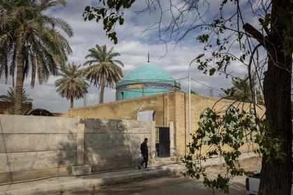 Un hombre camina cerca del santuario del profeta bíblico Josué en Bagdad el 29 de enero de 2021. (Ivor Prickett/The New York Times)