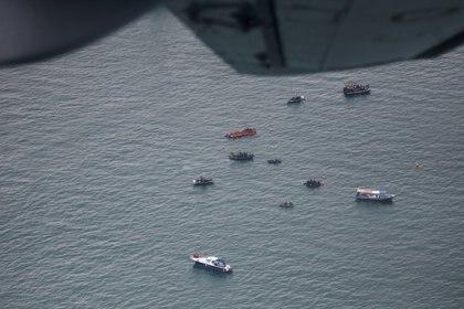 Una flota de barcos hacen un recorrido en el lugar donde cayó el barco de Indonesia