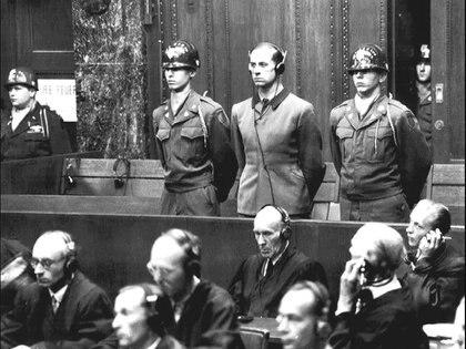 En el centro de la imagen, con auriculares, Karl Brandt, criminal de guerra nazi y médico personal de Hitler, durante los juicios de Núremberg (20 de agosto de 1947).  Wikimedia Commons  width=