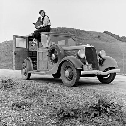 Dorothea Lange, fotógrafa, con la cámara en la mano (febrero de 1936)