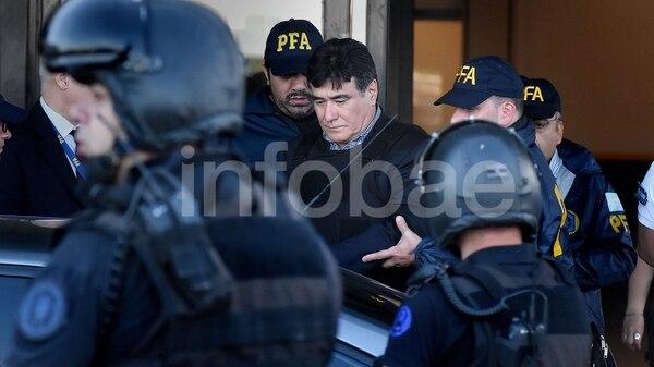 Carlos Zannini sale de la terminal de Aeroparque Jorge Newbery (Fotos: Nicolás Stulberg)