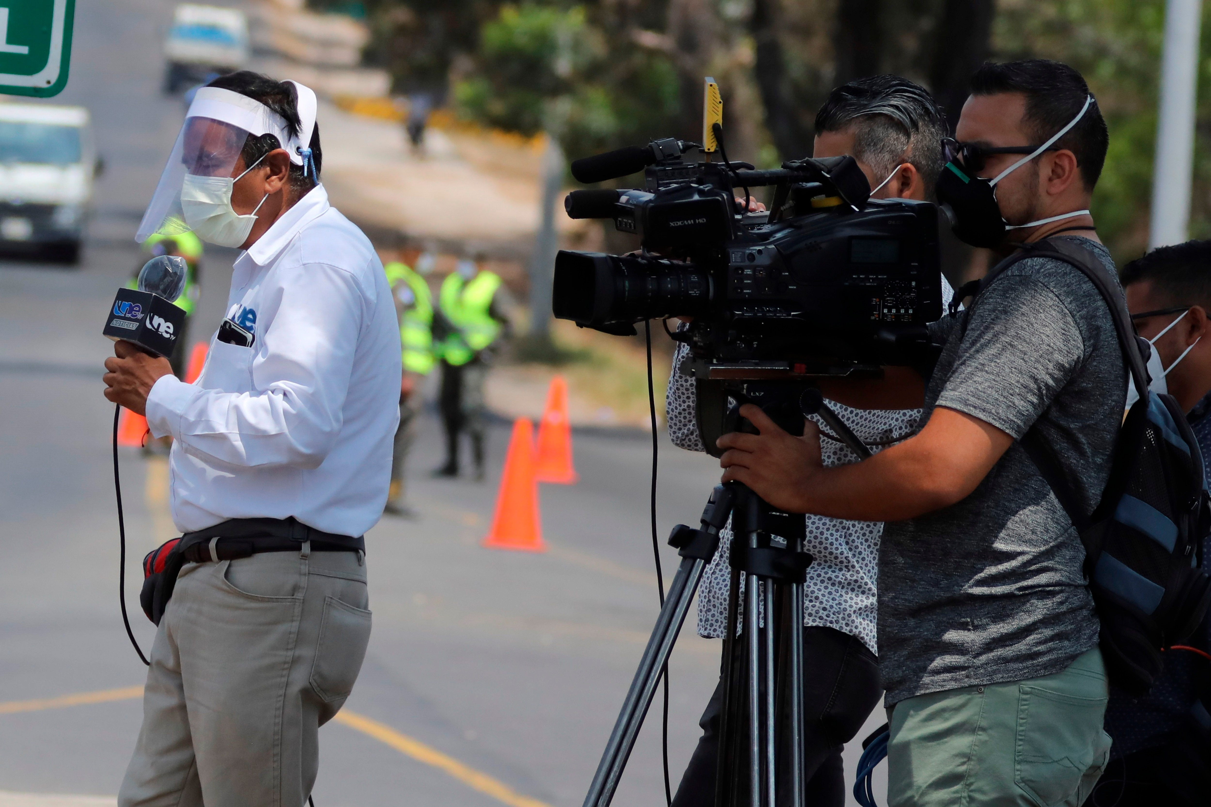 Los medios de comunicación fueron calificados por las autoridades sanitarias como una de las actividades esenciales (Foto: EFE)