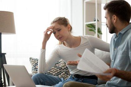 Cuando la mujer comienza con un proceso judicial, reclamatorio intenso de bienes y entrega de dinero mensual para gastos fijos, el hombre puede sentirse acorralado (Shutterstock)
