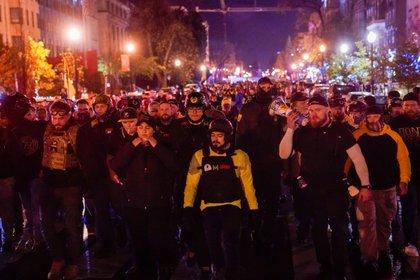 Miembros del grupo de extrema derecha Proud Boys marchan hacia la Casa Blanca en Washington, EE. UU., 12 de diciembre de 2020