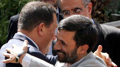 Hugo Chávez con el ex presidente de Irán Mahmoud Ahmadinejad (Foto: AP)