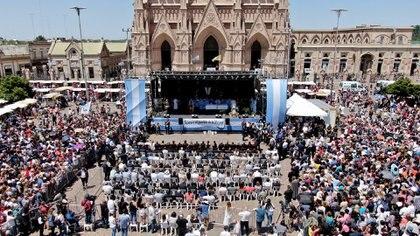 Centenares de personas presenciaron la misa protagonizada por Mauricio Macri y Alberto Fernández (Thomas Khazki)