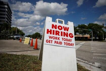 Un cartel que anuncia contrataciones en una calle de Miami, Florida, EEUU. 8 mayo 2020. REUTERS/Marco Bello