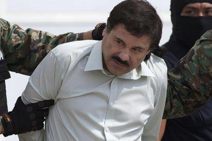 "Joaquin ""El Chapo"" Guzman, es escoltado tras su captura en Mazatlán, Sinaloa (Foto: AP/Eduardo Verdugo)"