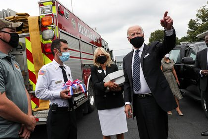 El candidato presidencial demócrata y ex vicepresidente Joe Biden saluda a los bomberos mientras él y su esposa Jill reparten donas y cerveza en la estación de bomberos de Shanksville, Pennsylvania, el 11 de septiembre de 2020 (REUTERS/Leah Millis)
