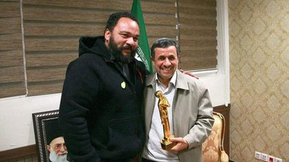 En 2015, visitó al ex presidente iraní Mahmoud Ahmadinejad