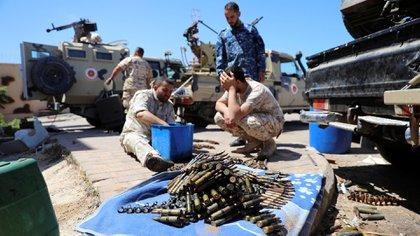 Las balas se ven mientras los miembros de las fuerzas de Misrata se alistan para el combate (REUTERS / Hani Amara)