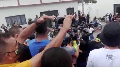 Sin medidas de seguridad, habitantes de Ocaña despidieron a dos motociclistas. Foto: Captura Blu Radio