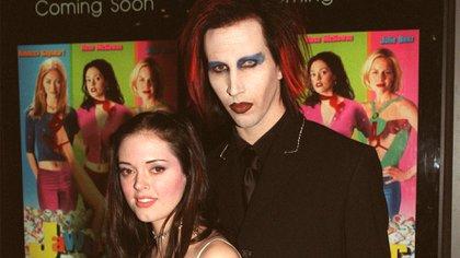 Rose McGowan y Marilyn Manson en 1999 (Shutterstock)