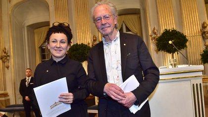 Olga Tokarczuk y Peter Handke dieron sus discursos tras recibir los premios de 2018 y 2019 respectivamente (Jonas EKSTROMER / TT News Agency / AFP) / Sweden OUT)