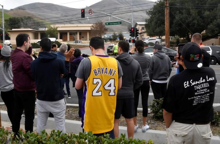 Varios fans de Bryant y vecinos de Calabasas se acercaron al lugar del accidente (Reuters)