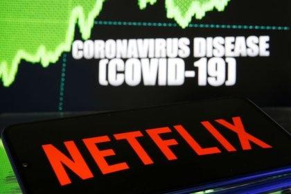 ILUSTRACIÓN DE ARCHIVO-El logo de Netflix se ve delante de una ilustración sobre la enfermedad del coronavirus. 19 de marzo de 2020. REUTERS/Dado Ruvic/Ilustración