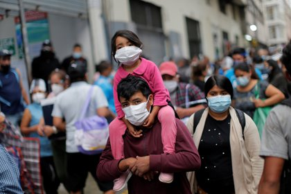 Fotografía de personas comprando en el conglomerado Mesa Redonda en Lima (Perú). EFE/ Luis Angel Gonzales Taipe/Archivo