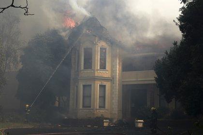 Bomberos intentan apagar un incendio en la universidad de Ciudad del Cabo (AP Photo/Nardus Engelbrecht)