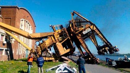 La grúa dañada pesa 20 toneladas y una capacidad de izado de hasta 250 toneladas
