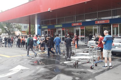 Los supermercados están desbordados de clientes